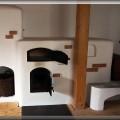 Pv213 - Pec sálavá omietacia, nad ohniskom je pec na pizzu – chlieb, na vrchu je ležadlo. Pec postavená pri Martine.