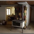 Pec sálavá, bezroštová, postavená s rôznych kachlíc, vo Veľkom Rovnom na dielni, kde sa vyrábajú prenosné šporáky a pece. Pred pecou je malý prenosný šporák. Pec bola postavená v roku 1999. Pec na dielni používajú ju kachliari v zimných obdobiach na teplo, keď pracujú na dielni. Pec má čistiace kolečká, kde sa približne 1x/5 rokov vyčistia ťahy pece, čo trvá približne 1 hodinku prác.