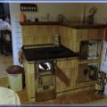 Šporák kachľový, do rohu, na varenie, s pečiacou rúrou, so sušiarnou, vedľa kancelárie u Jozef Bitalu. Šporák bol postavený v roku 1985. Takýto šporák sa udáva výkonovo asi 10-12 kW/ s nakladaním po 2-och hodinách, v malých dávkach dreva.