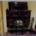 Otvorený kachľový krb, postavený so starších rozobratých kachlíc, v roku 1986. Všetky tieto predtým 3 diela (pec cez stenu, šporák, a otvorený krb) sú napojené na jeden komín, čo bezproblémovo fungujú aj všetky 3 diela naraz.